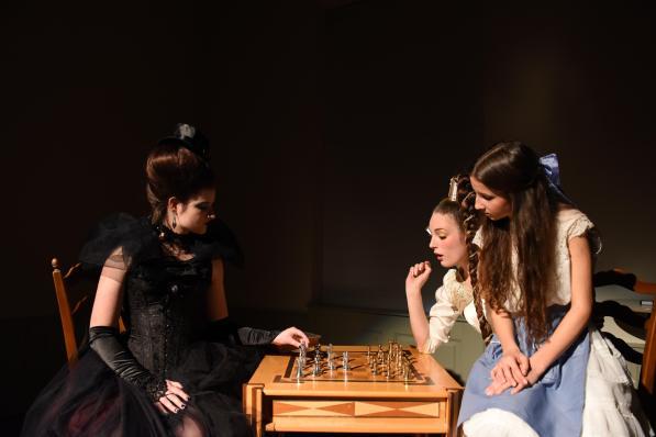 Schachspiel mit der weißen und schwarzen Königin